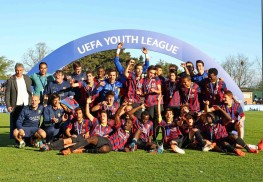 NYON, SWITZERLAND - APRIL 14: FC Barcelona players and staff celebrate with the Lennart Johansson trophy after winning the UEFA Youth League Final match between Benfica Lisbon and FC Barcelona at Colovray Stadion on April 14, 2014 in Nyon, Switzerland. (Photo by Philipp Schmidli/Getty Images)